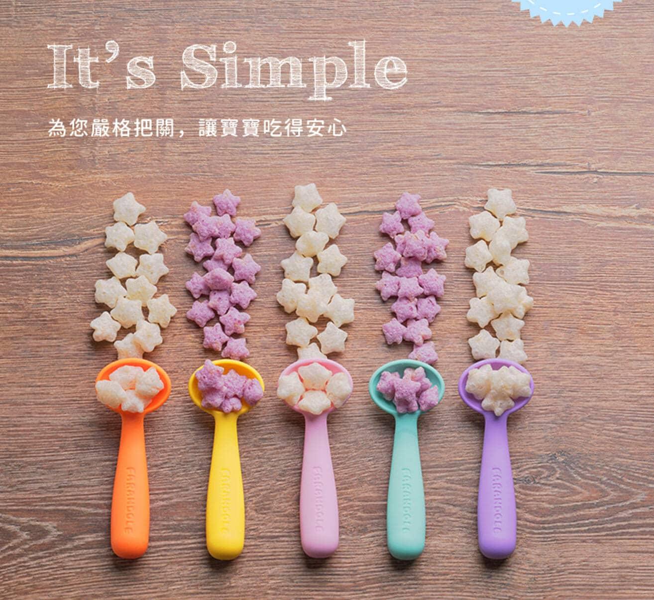用繽紛的湯匙裝著紫色與白色交錯的麥星星餅乾